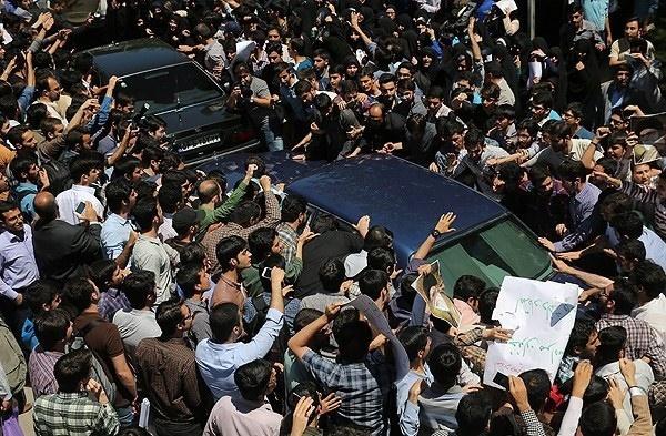 حمله دانشجویان به هاشمی رفسنجانی